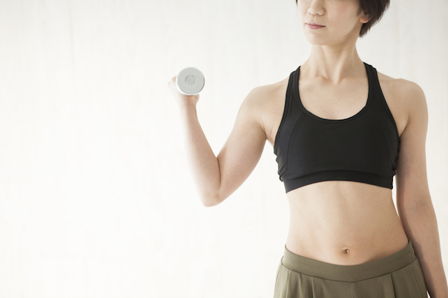 Women are trained to arms dumbbell exercise